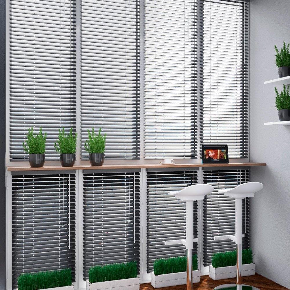 Интерьер балкона с жалюзями на окнах