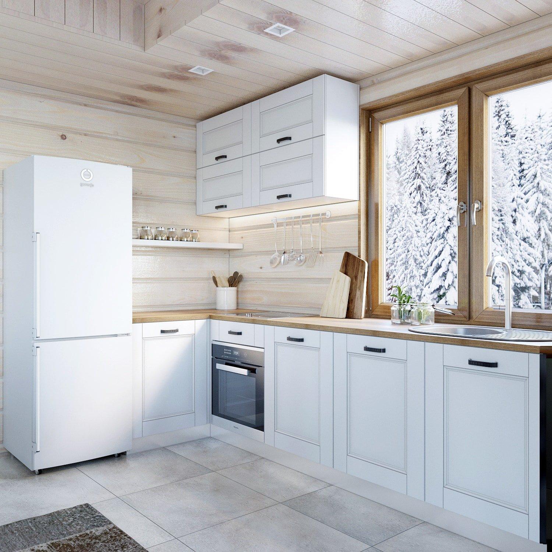 Дизайн белой кухни в деревянном доме